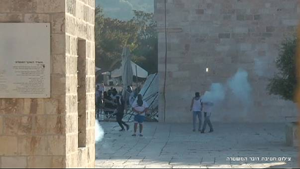 مواجهات في المسجد الأقصى إثر إخلاء الشرطة الإسرائيلية له من المصلين