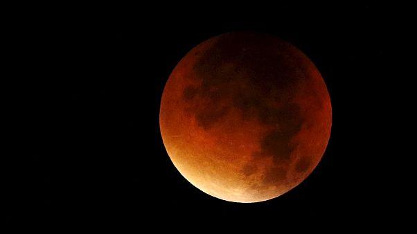 Ungewöhnlicher Anblick: Ein roter Mond am Nachthimmel