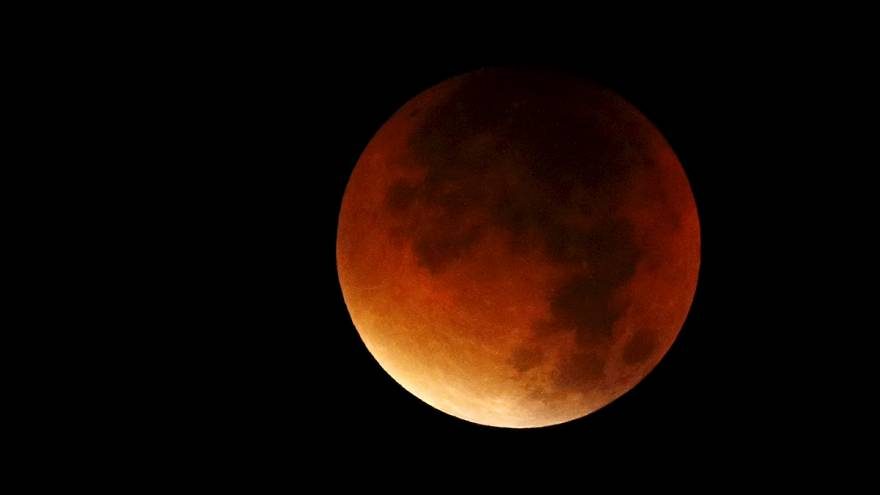 Vérvörös Hold világítja be az eget