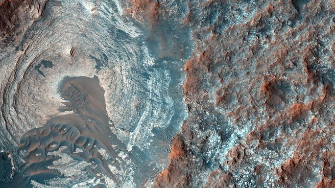 "NASA discovers evidence of ""liquid briny water"" flowing on Mars"