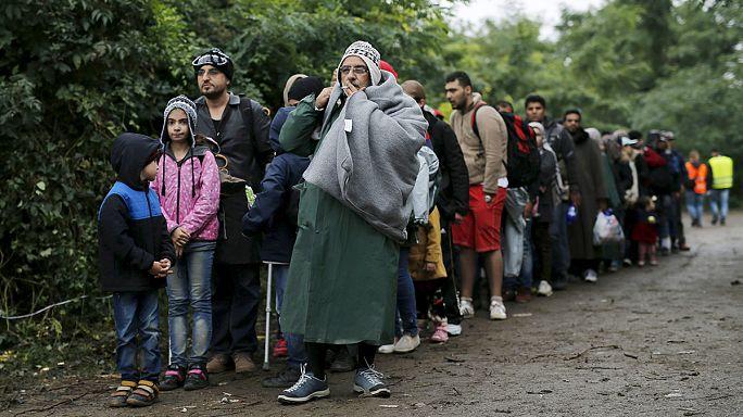 Eső és sár nehezíti több mint tízezer menekült útját