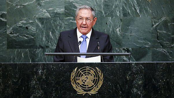 كاسترو يدعو إلى إنهاء الحظر الأمريكي على كوبا