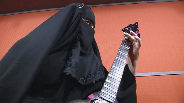 جيزيل ماري، منقبة تعزف الغيتار الكهربائي بجنون