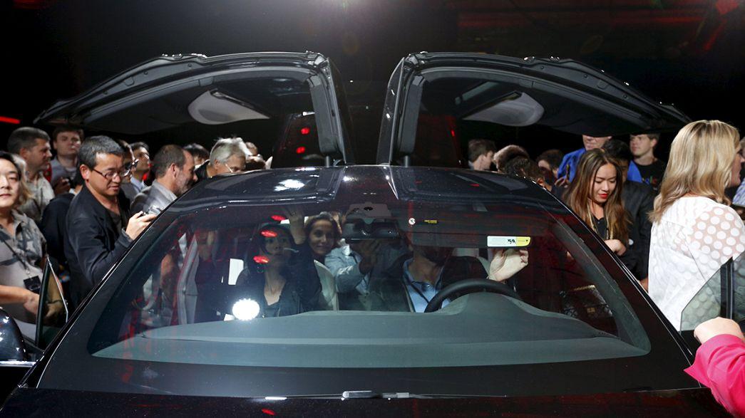 Elon Musk presenta el Model X de Tesla, con dos años de retraso