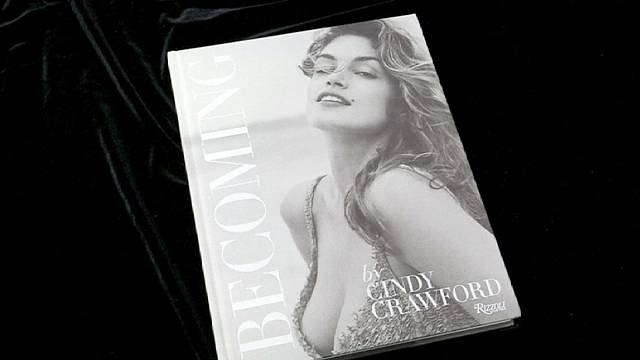 Cindy Crawford otobiyografi kitabı 'Becoming'i piyasaya sürdü