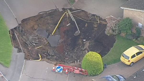 Espectacular agujero en un callejón de la localidad inglesa de St. Albans