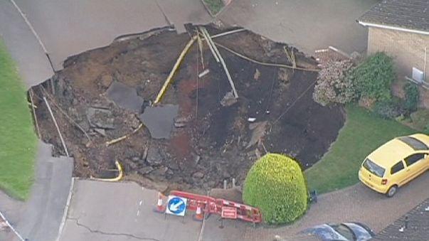"""Reino Unido: troço de estrada transformado em """"cratera"""""""