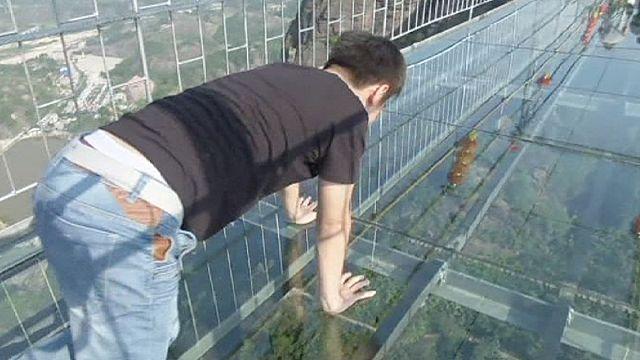 Dünyanın en büyük cam köprüsü Çin'de açıldı