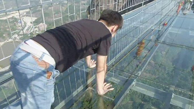 Китай. Кто рискнет пройти над пропастью по стеклянному мосту?