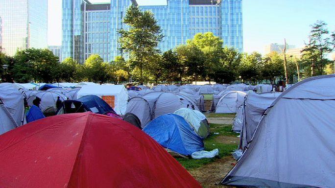 لاجئون ينتقلون من متنزه ماكسيميليان الى مبنى مجاور له في وسط العاصمة البلجيكية