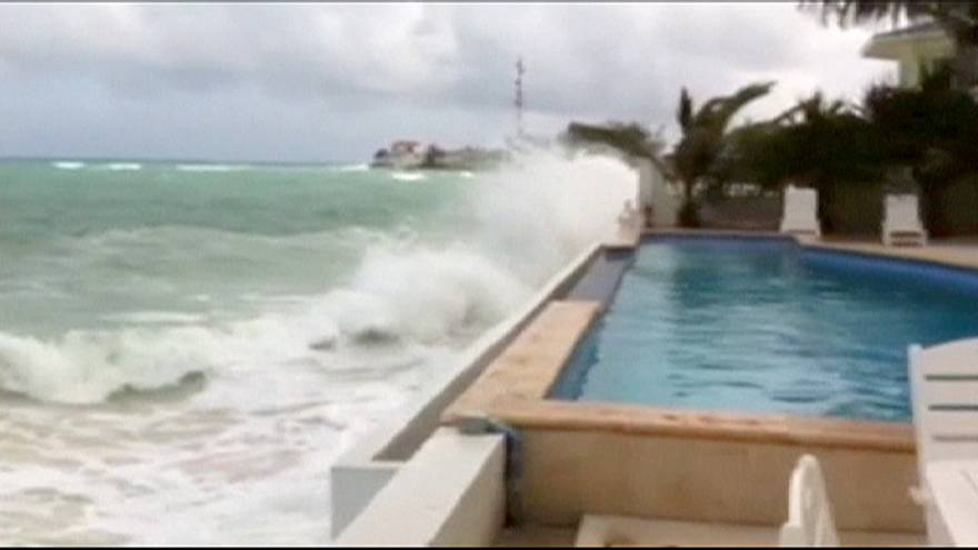 К восточному побережью США приближается мощный ураган
