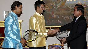 Tennis: Djokovic and Nadal give racquets to Thai PM