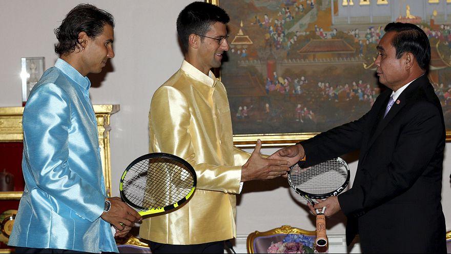 Thaïlande : Nadal et Djokovic offrent leurs raquettes au Premier ministre
