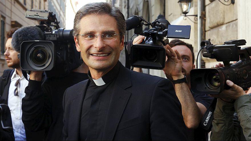 Elbocsátották a melegségét bevalló katolikus papot