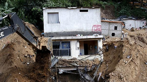 Egyre több holttestet találnak a guatemalai földcsuszamlás helyszínén