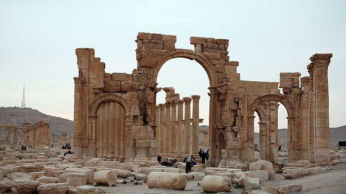 تنظيم الدولة الإسلامية يُفجر قوس النصر الأثري الشهير في مدينة تدمر بسوريا