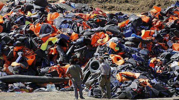 Szeméthegyek jelzik a menekültek útját a Földközi-tenger mentén