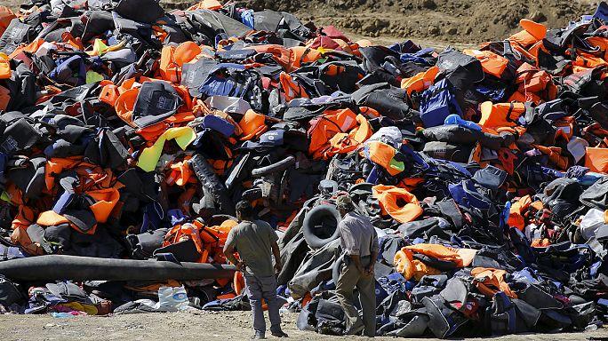 Midilli adası kumsallarında terk edilmiş yüzlerce can yeleği
