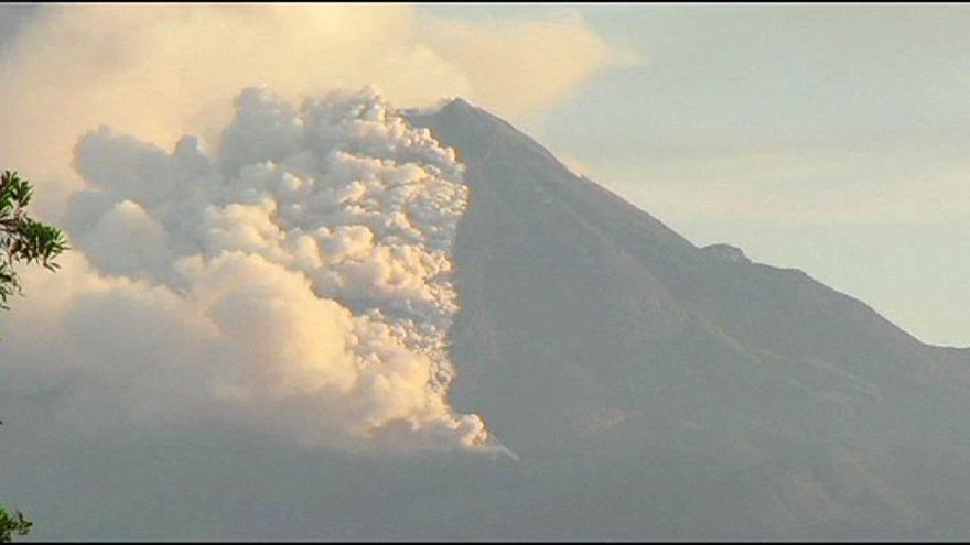 Messico. Erutta vulcano Colima, fumo e ceneri a 1,5 km d'altitudine