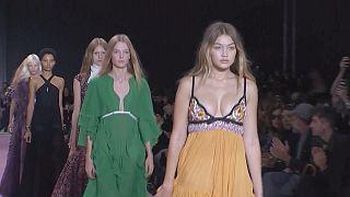 جيامباتيستا فالي يقدم إمرأة جذابة وجريئة في أسبوع الموضة الباريسي