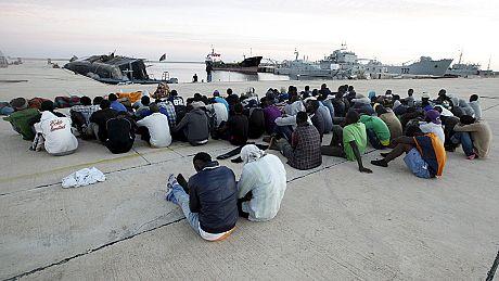 """Migrants: opération """"Sophia"""" contre les passeurs en méditerranée"""