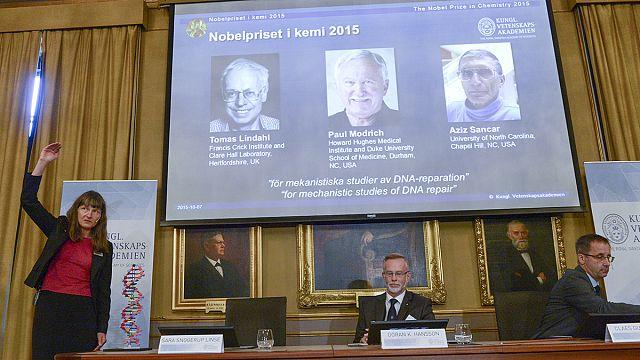 ثلاثة علماء يتقاسمون جائزة نوبل للكيمياء عن أبحاث تتعلق بإصلاح الحمض النووي