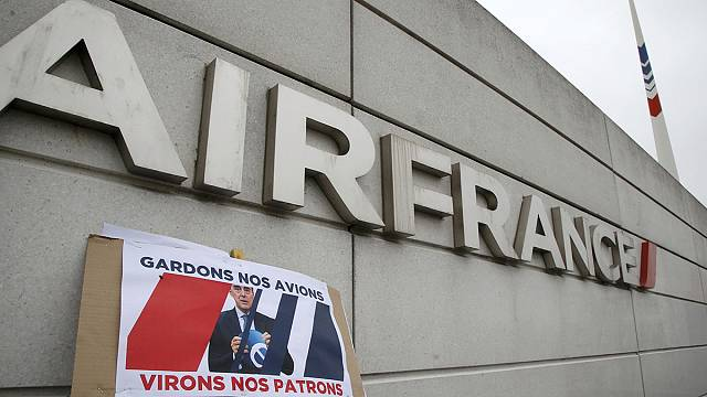 "Air France : ""L'Etat soutient la direction"" souligne Manuel Valls"