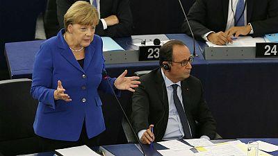 """Hollande e Merkel al Parlamento europeo, """"rispetto e solidarietà per i profughi ma rafforziamo le frontiere esterne"""""""
