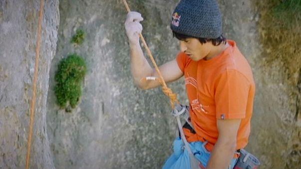 Der erste Mensch, der in einem exotischen Kunstwerk klettert