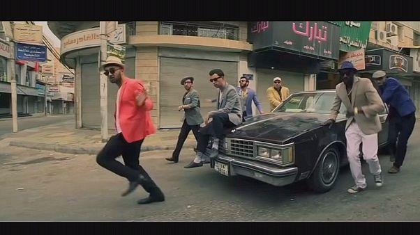 """Uma paródia de """"Uptown Funk"""" de Bruno Mars para falar do desemprego na Jordânia"""