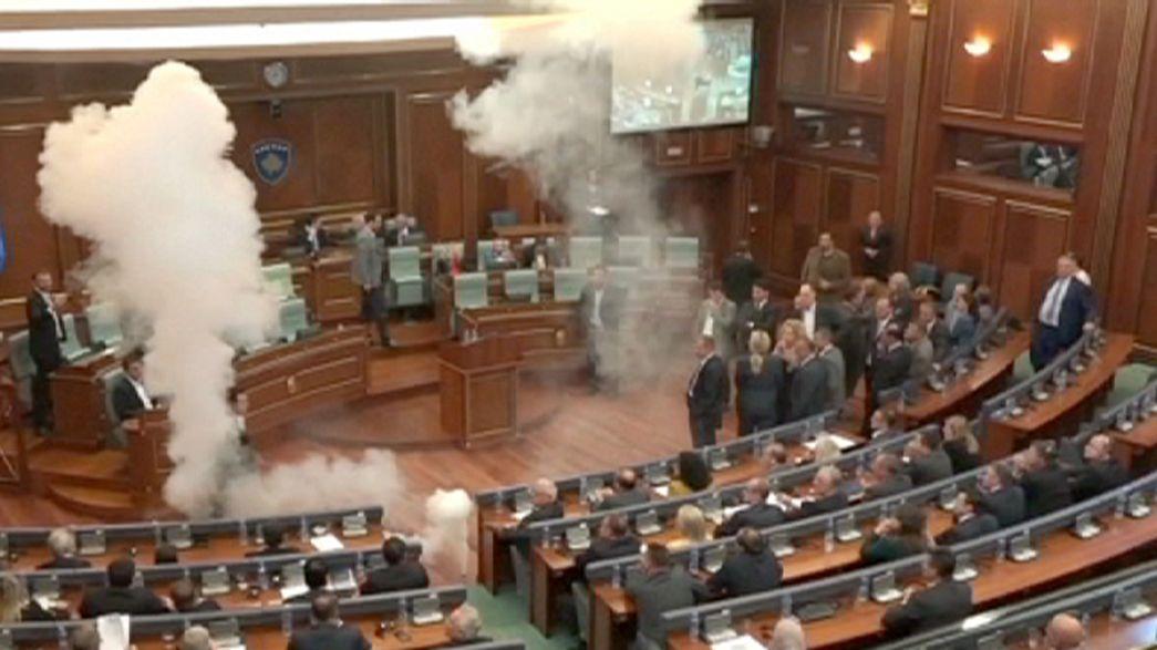 Un diputado opositor llena el Parlamento de Kosovo de gases lacrimógenos