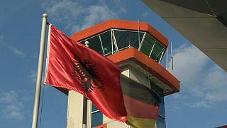 Albánok százait ültetik repülőre Németországban