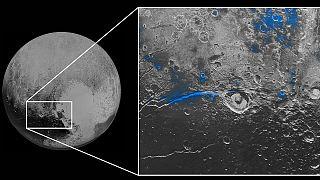Plutão em azul e vermelho nas novas imagens da NASA
