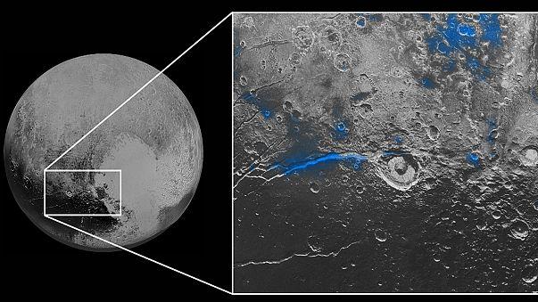 Plutón tiene el cielo azul y placas de hielo