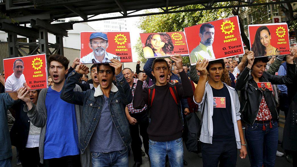 Türkische Polizei hindert Trauerende in Ankara Nelken am Anschlagsort niederzulegen