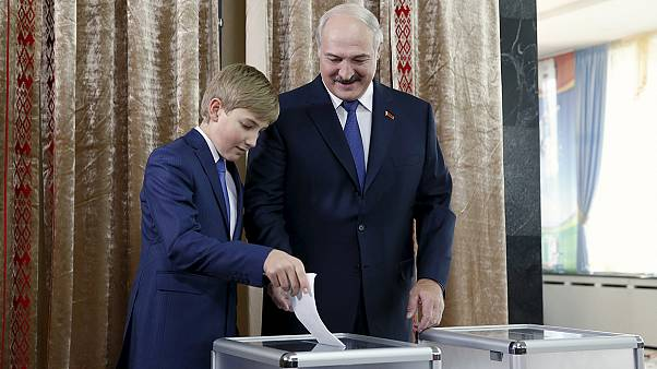 حضور لوکاشنکو در پای صندوق رای برای شرکت در انتخابات ریاست جمهوری بلاروس