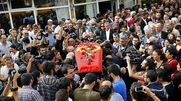 A dor e a revolta na Turquia após o pior atentado de sempre no país