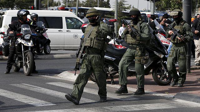 الشرطة الإسرائيلية تقول إن اثنين من رجالها تعرضا للطعن من طرف فلسطينييْن