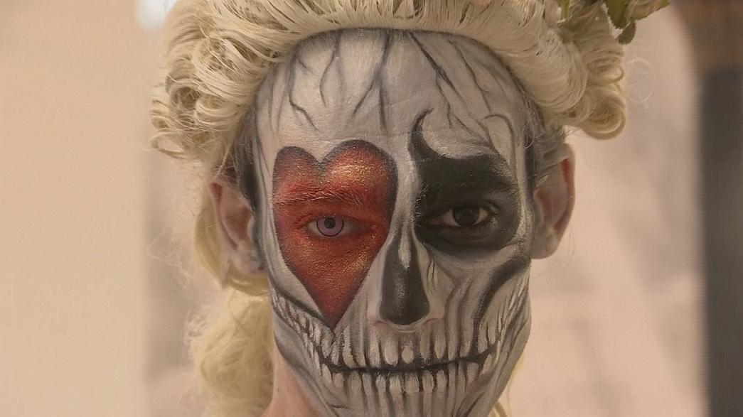 """Alice im Wunderland"" als Body Painting"