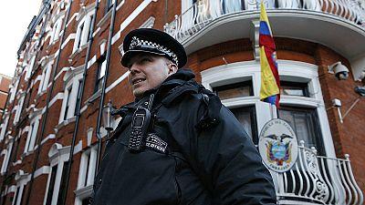 Police drop guard on Julian Assange at Ecuadorian embassy