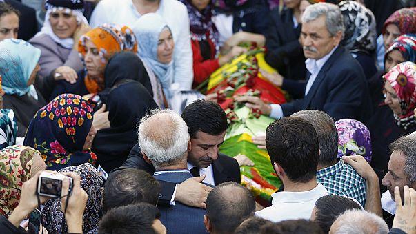 Nach Terroranschlägen in der Türkei: AKP und prokurdische HDP sagen Wahlkampfkundgebungen ab