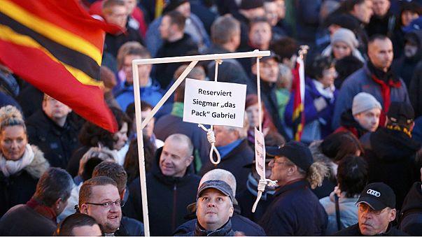 Göçmen karşıtı PEGIDA üyeleri yine meydanlarda