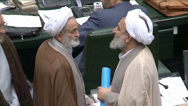 İran Parlamentosu nükleer anlaşmayı onayladı