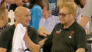 Sir Elton John empuña la raqueta en Las Vegas para ayudar a la lucha contra el sida