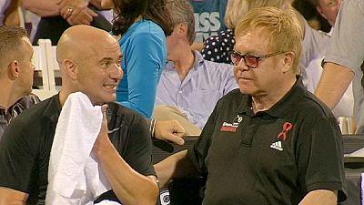 Elton John mostra o que vale de raqueta na mão