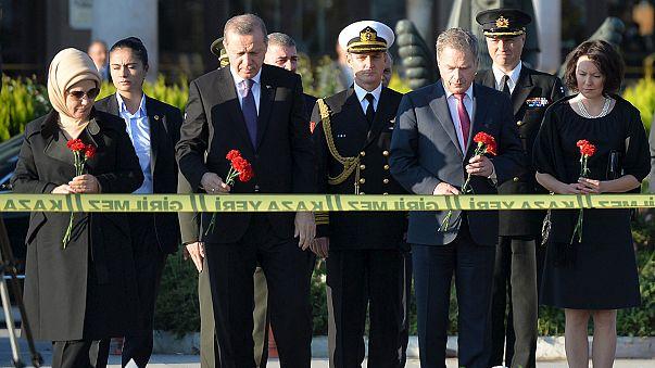 Cumhurbaşkanı Erdoğan saldırının olduğu alana karanfil bıraktı