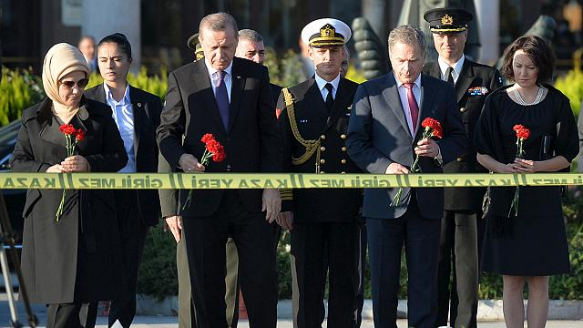 الرئيس التركي إردوغان يزور مكان التفجير في أنقرة والحكومة تقيل ثلاثة مسؤولين