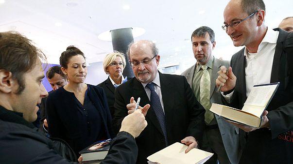 Irão boicota Salão do Livro de Frankfurt devido a Salman Rushdie