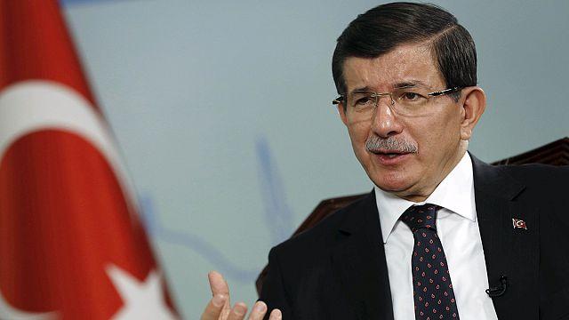 """إردوغان يزور مكان التفجير الانتحاري...أوغلو يتهم """"داعش"""" وحزب العمال الكردستاني"""