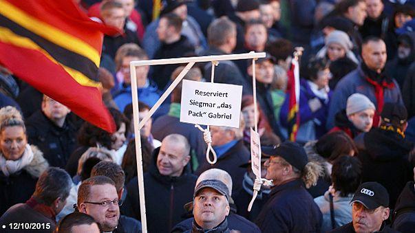 Almanya'da Merkel'i darağacında gösteren pankartlar için soruşturma açıldı